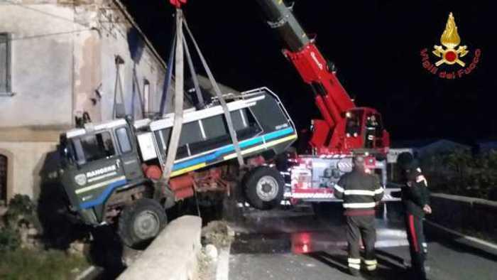Incidente per autobotte associazione di soccorso   Finisce un una scarpata sulla statale 106 nel Reggino