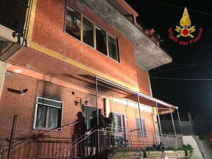 Benevento, palazzo a fuoco:salvi per miracolo madre e figli