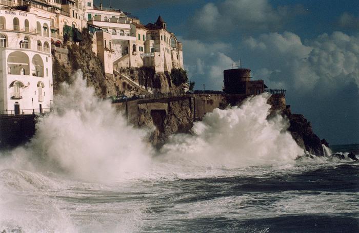 Travolta da onda, muore turista in Costiera amalfitana