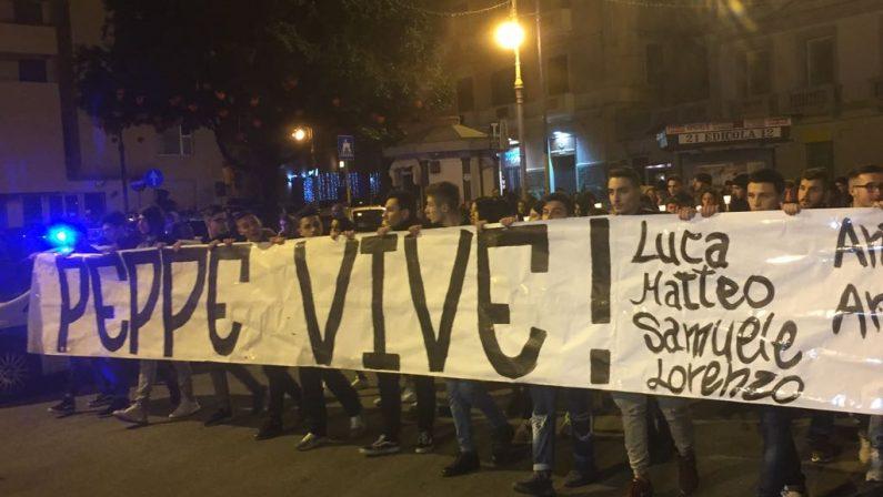 FOTO - Omicidio 18enne a Crotone, in migliaia alla fiaccolata in ricordo di Giuseppe