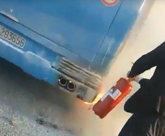 VIDEO - Autobus carico di studenti e pendolari prende fuoco in provincia di Matera sulla Statale 106