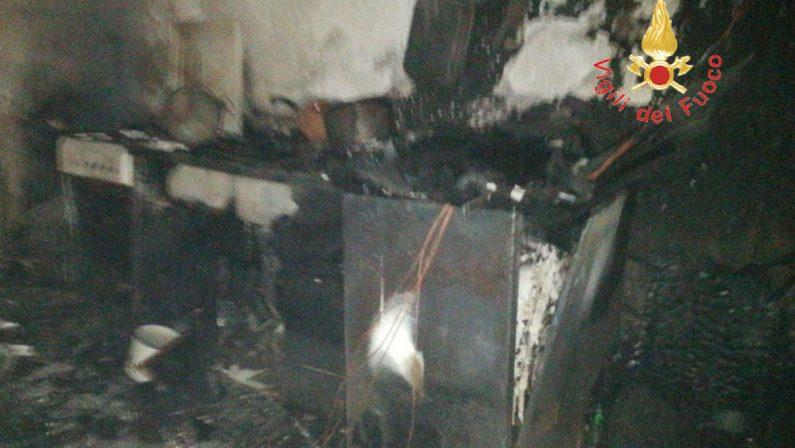 Incendio esplode in una casa per una stufa difettosaSalva per miracolo una donna nel Catanzarese, danni