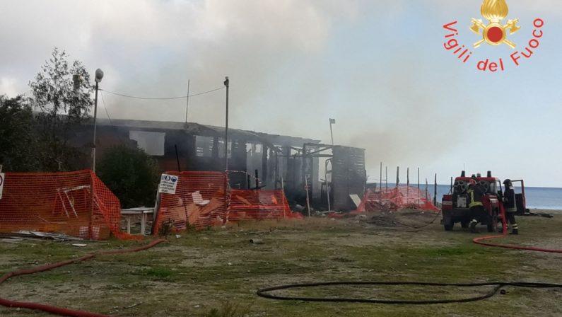 FOTO - Secondo incendio in pochi mesiCompletamente distrutto un lido a Catanzaro