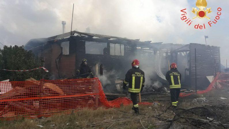 Secondo incendio in pochi mesi, completamente distrutto uno stabilimento balneare a Catanzaro