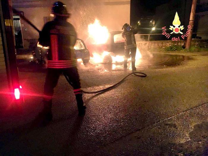 Due auto distrutte dalle fiamme a BorgiaSi indaga per scoprire la causa dell'incendio
