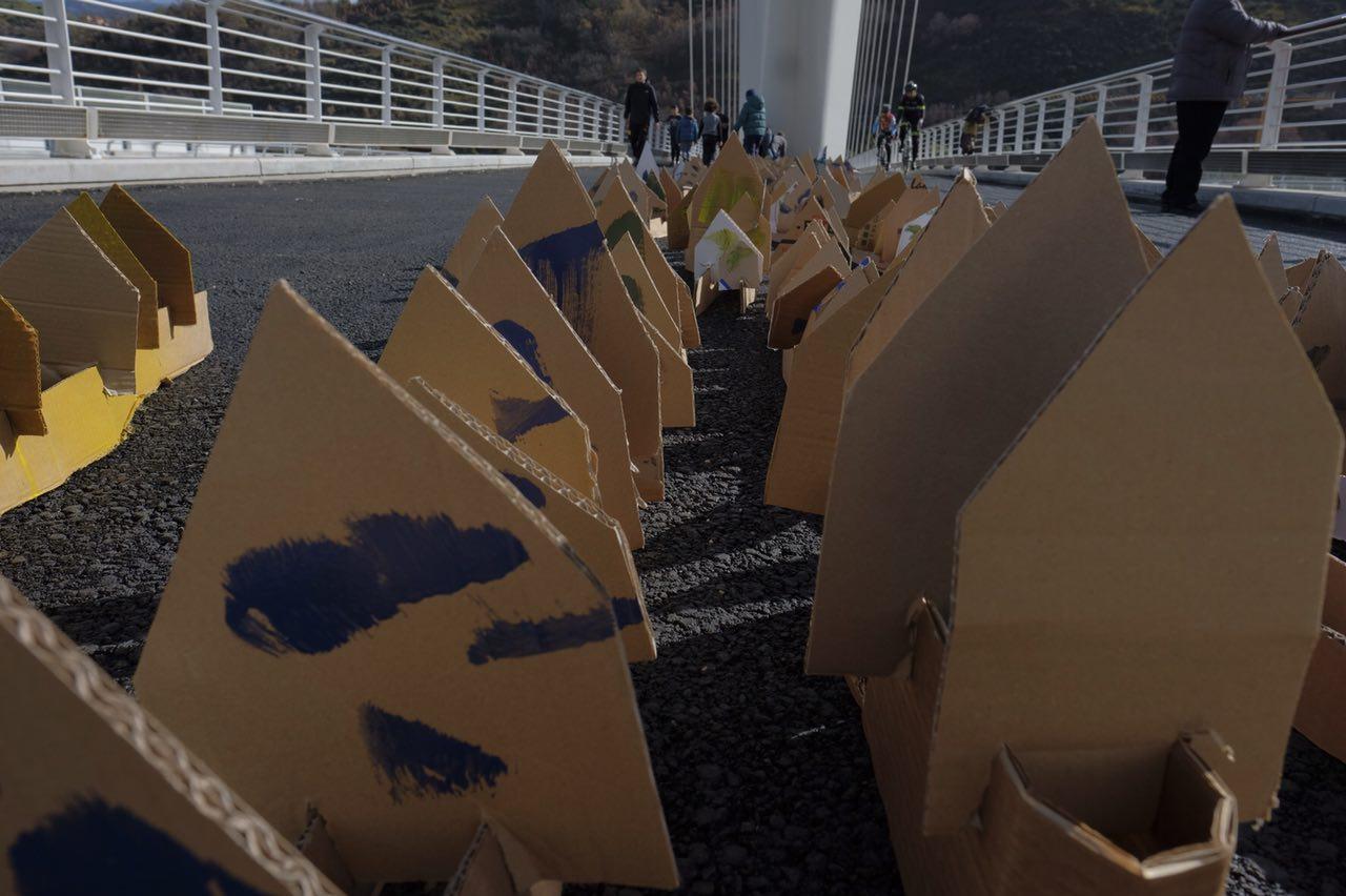 VIDEO - L'artista Marco Cotroneo spiega la sua installazione: mille casette di cartone lungo il ponte di Calatrava a Cosenza
