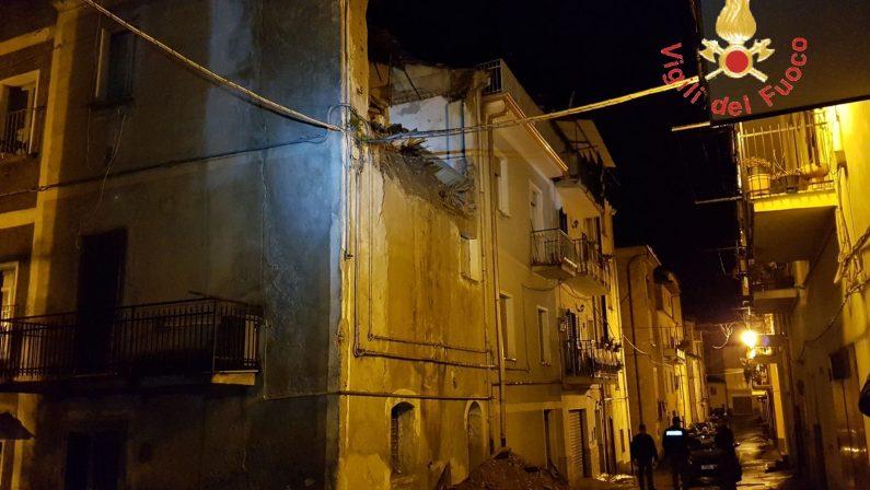 Troppa pioggia a Lamezia Terme e crolla una palazzinaIntervento dei vigili del fuoco, chiusa al traffico via Gioberti