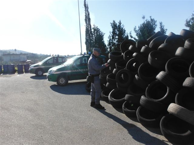 Duemila pneumatici abbandonati scoperti dai carabinieri a Germaneto, denunciate quattro persone