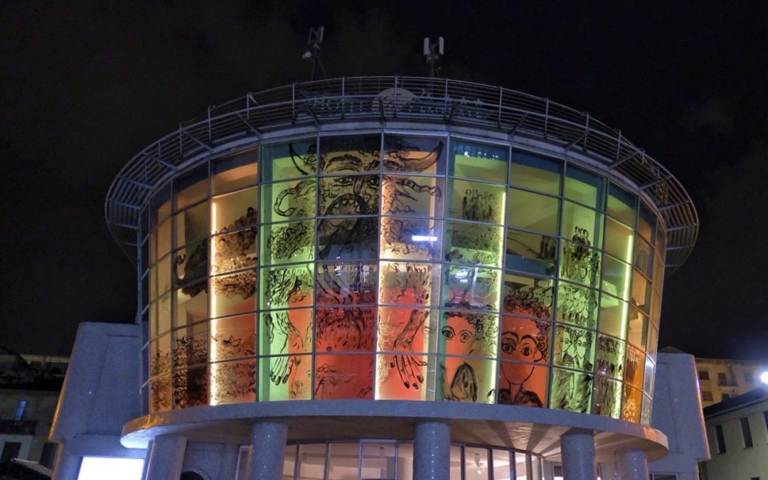 «Esodo» di Marco Cotroneo: l'installazione artistica dall'hotel Centrale occupato dal Comitato Prendocasa