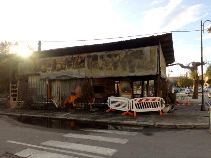 Incendio distrugge totalmente un chiosco barAvviate le indagini dei carabinieri di Caulonia Marina
