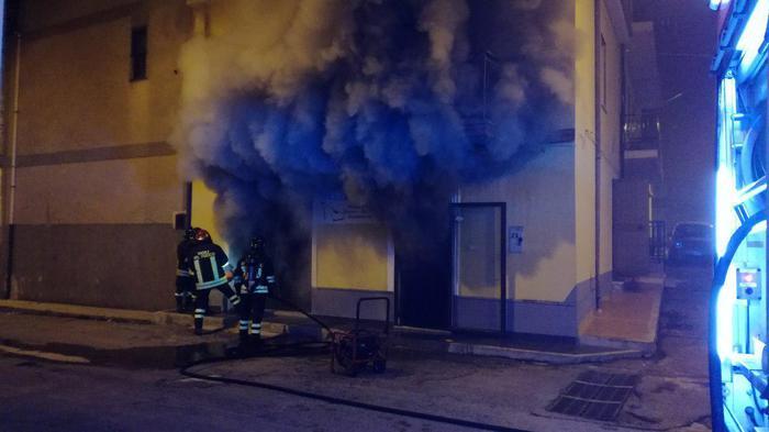 Notte di fuoco a Crotone, due incendiIn fiamme un negozio di scarpe e un'auto