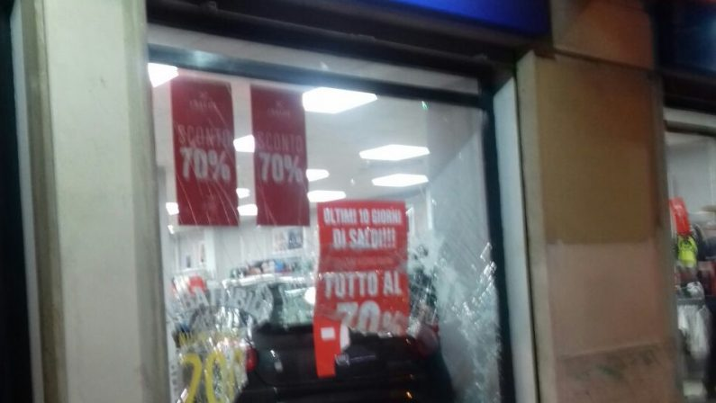 FOTO - Incidente a Vibo, auto sfonda la vetrina di un negozio