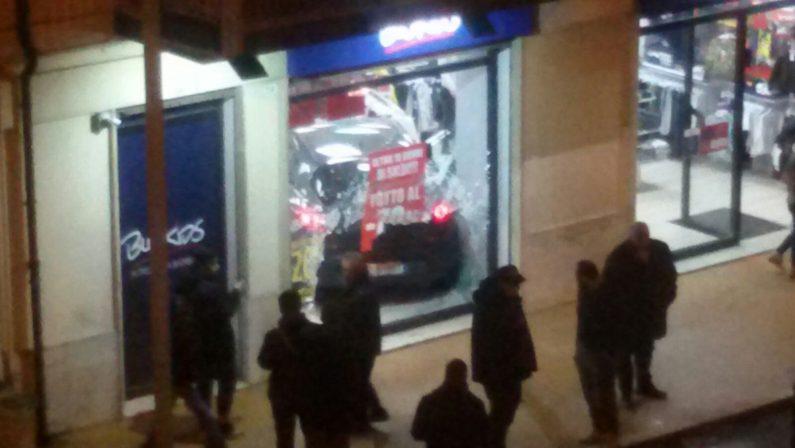 Vibo, incidente stradale in pieno centro cittadinoAuto sfonda vetrina di un negozio di abbigliamento