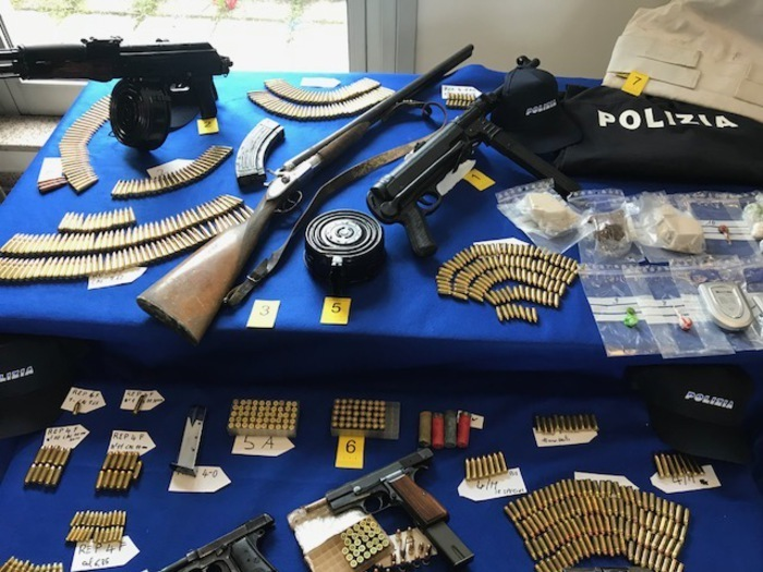 Anche un Kalashnikov nell'arsenale della 'ndrangheta scoperto a Cosenza grazie ai cani