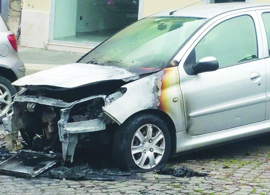 Quello che resta dopo l'auto data alle fiamme