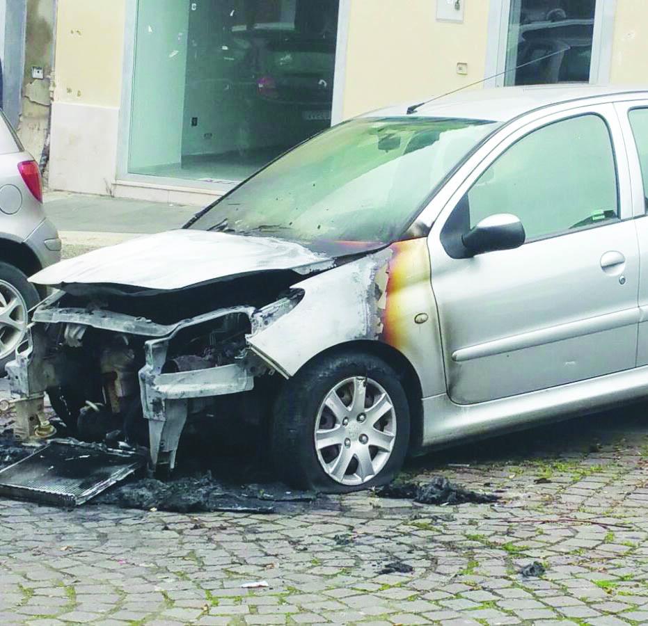 Auto di una insegnante data alle fiamme: è quella della compagna del nostro giornalista Mobilio