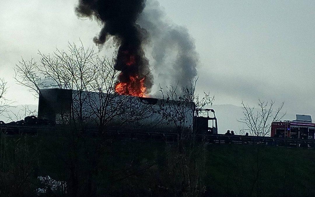VIDEO – Camion carico di pneumatici in fiamme lungo la Salerno-Reggio Calabria