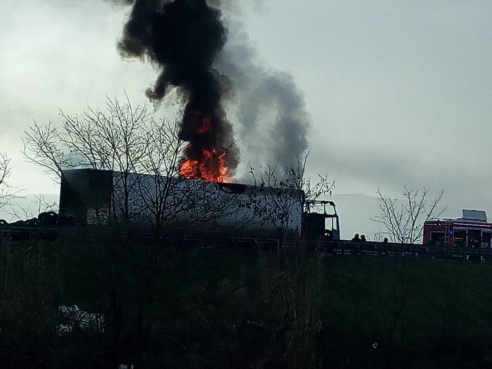 VIDEO - Camion carico di pneumatici in fiamme lungo la Salerno-Reggio Calabria
