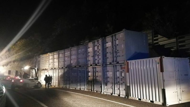 Frana sulla statale 107, posizionati i containerLa circolazione potrà riprendere entro sabato