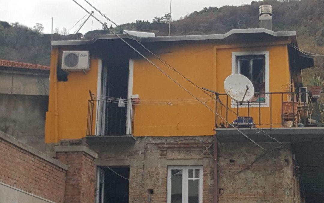 L'abitazione distrutta dalle fiamme
