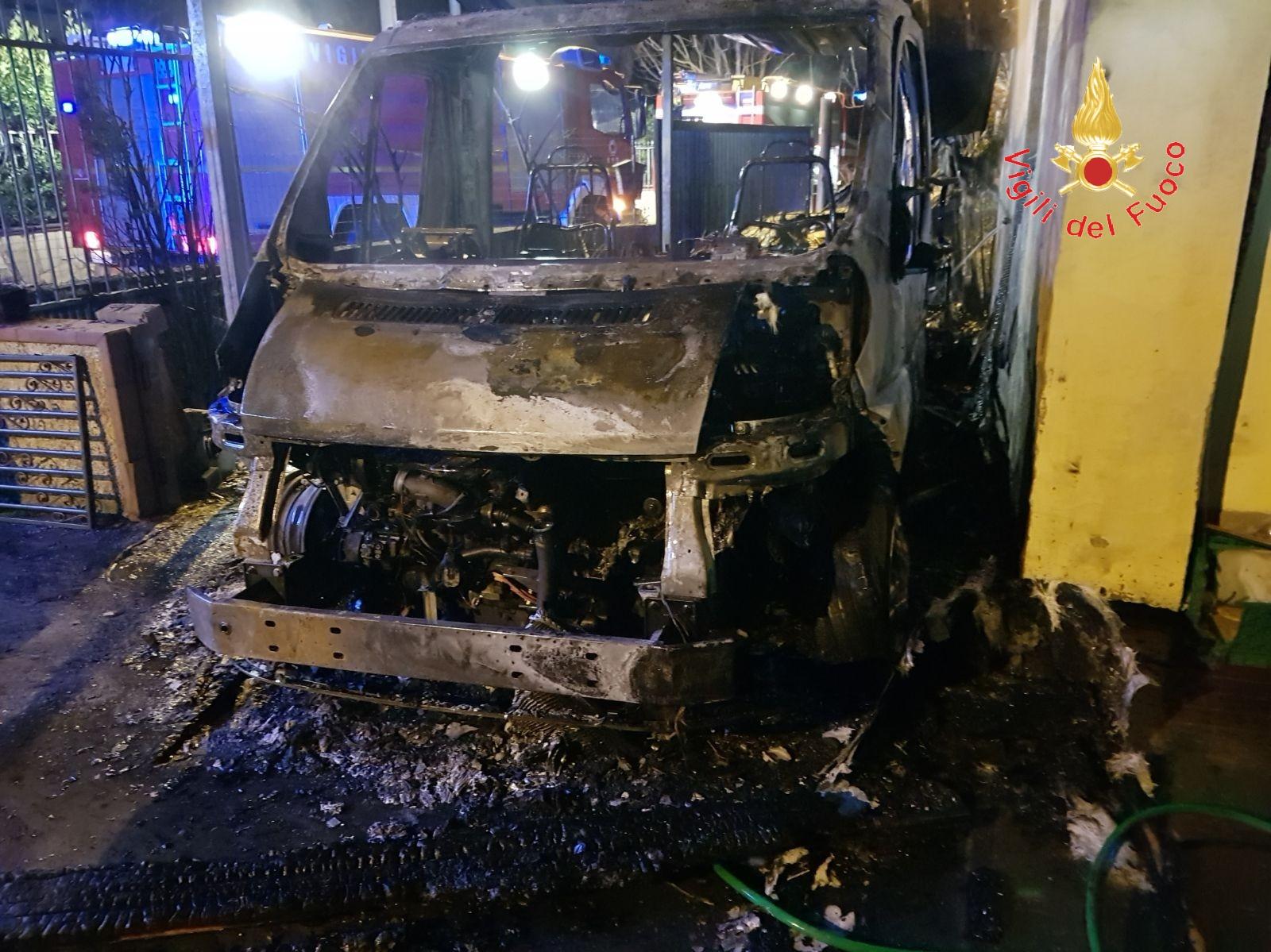 Notte di paura a Lamezia, diversi incendi a CapizzaglieCoinvolte autovetture, scooter e un camper: indagini