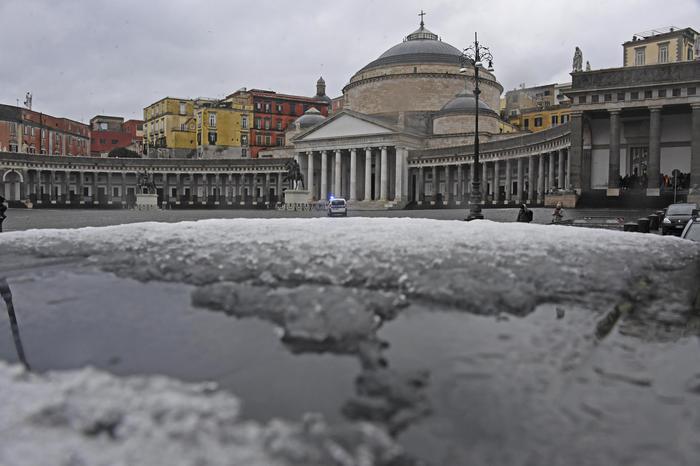 Neve a Napoli, Vesuvio imbiancato: scuole chiuse in tutta la Campania