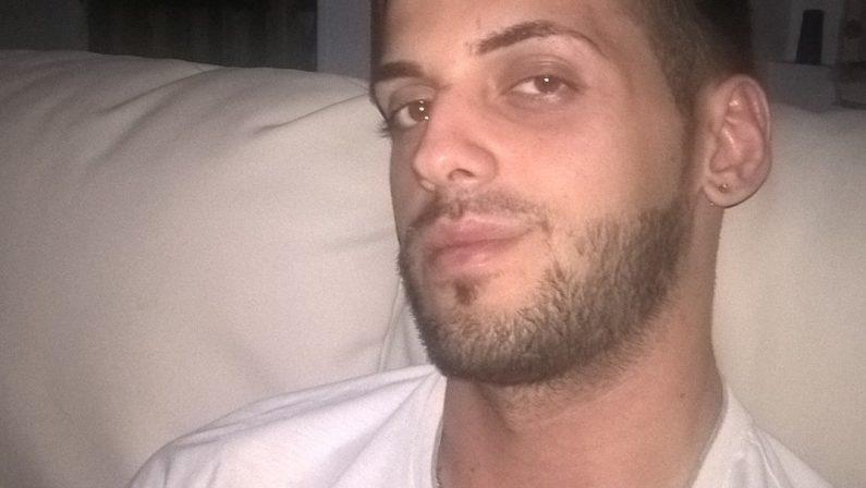 Sbanda con l'auto e finisce contro un alberoMuore un giovane di 25 anni nel Catanzarese