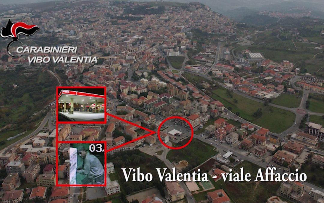 VIDEO – Ripreso dalle telecamere a svaligiare i distributori automatici di Vibo Valentia, arrestato a Bologna