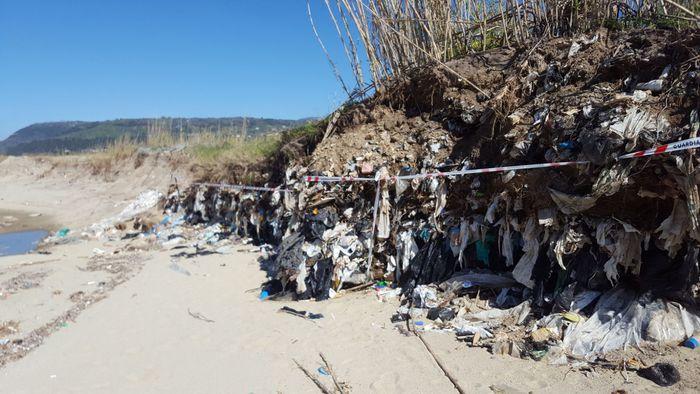 Discarica abusiva scoperta sulla costa nel ViboneseSequestrata l'intera area nei pressi del fiume Angitola