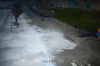VIDEO - Mareggiate sul Tirreno in Calabria, pedoni travolti dalle onde a Paola