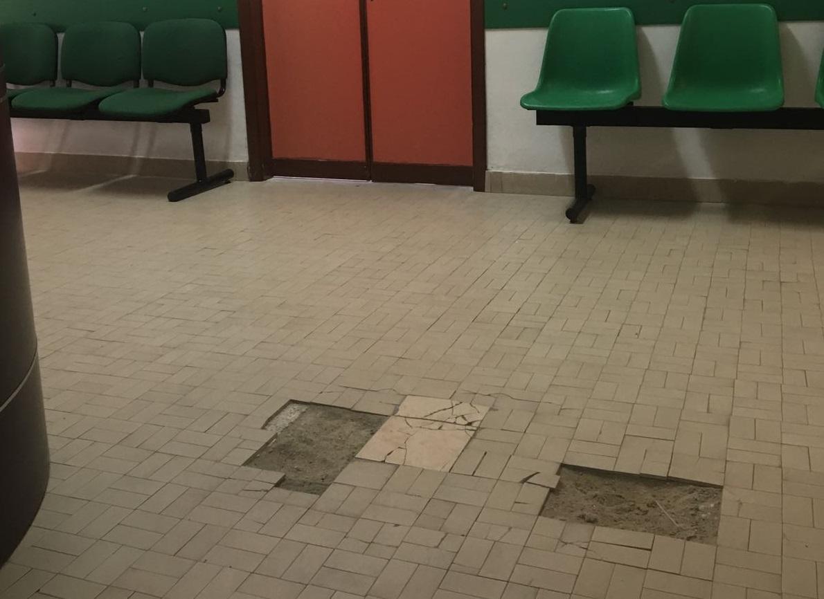 Cetraro, pavimenti sconnessi negli ambulatori dell'ospedaleUna paziente subisce una distorsione in sala d'attesa