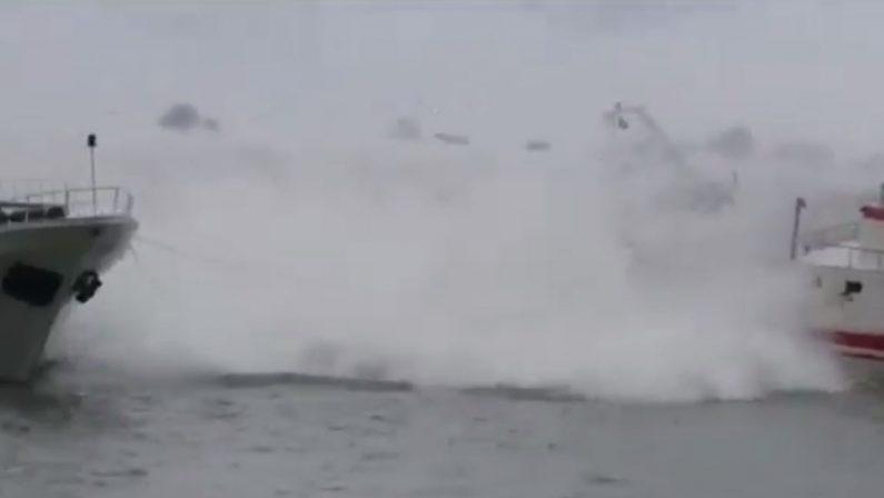 VIDEO – Tempesta investe la costa a Maratea  Le barche sommerse da onde alte diversi metri