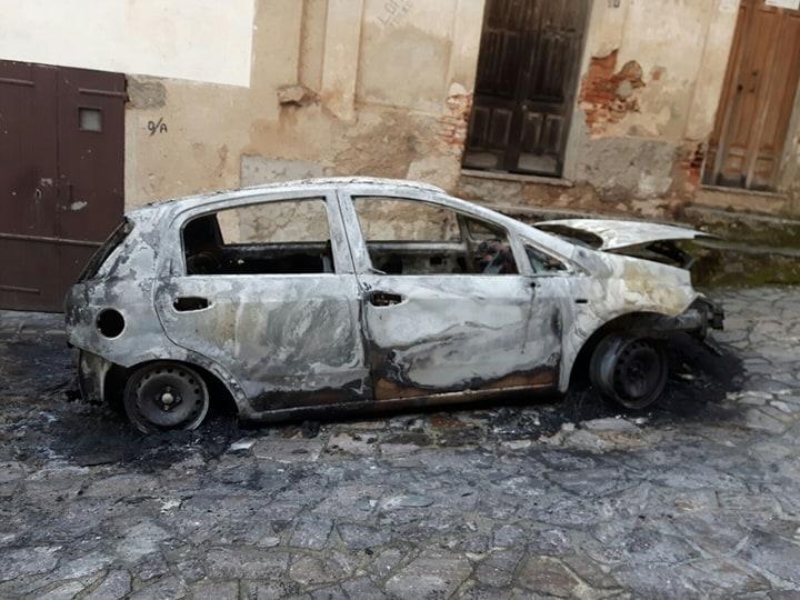 Incendiata l'autovettura di una donna nel ViboneseIl padre gestisce società rifiuti che ha subito intimidazione