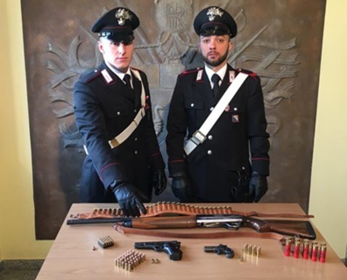 Ha in casa due pistole, un fucile e delle munizioni: 36enne ai domiciliari nel Potentino