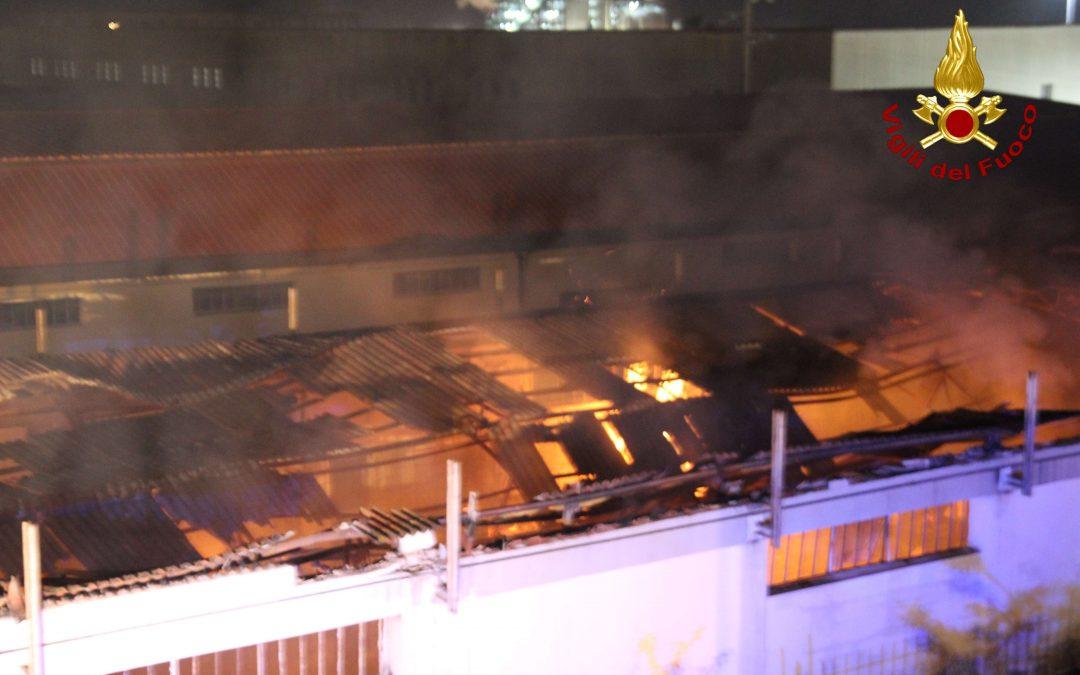 Incendio in un capannone alla periferia di Crotone  Distrutto stabile e mobili depositati all'interno