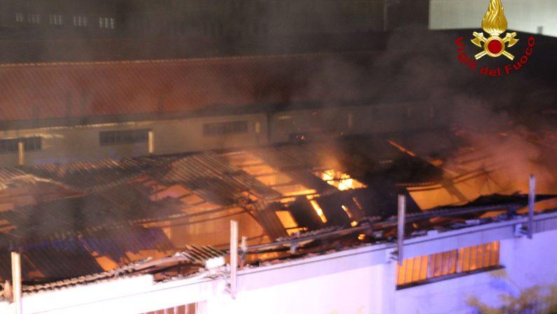 Incendio in un capannone alla periferia di CrotoneDistrutti stabile e mobili depositati all'interno