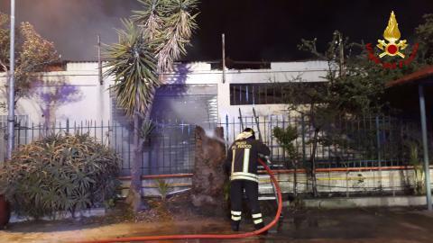 Incendio di un capannone a Crotone