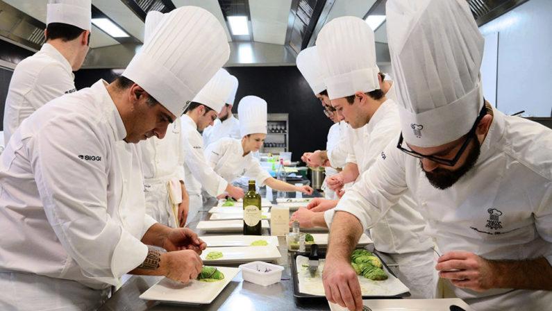 """Crisi coronavirus, chef ai fornelli per un """"pasto ai bisognosi"""" in Calabria"""