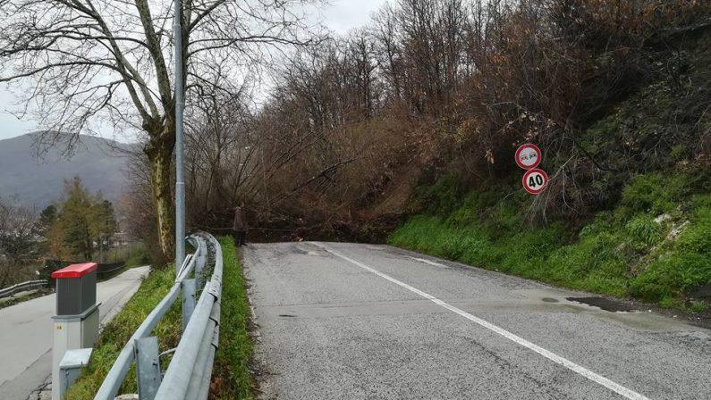 Campania, allerta maltempo:in Irpinia frana strada, a Napoli stop collegamenti
