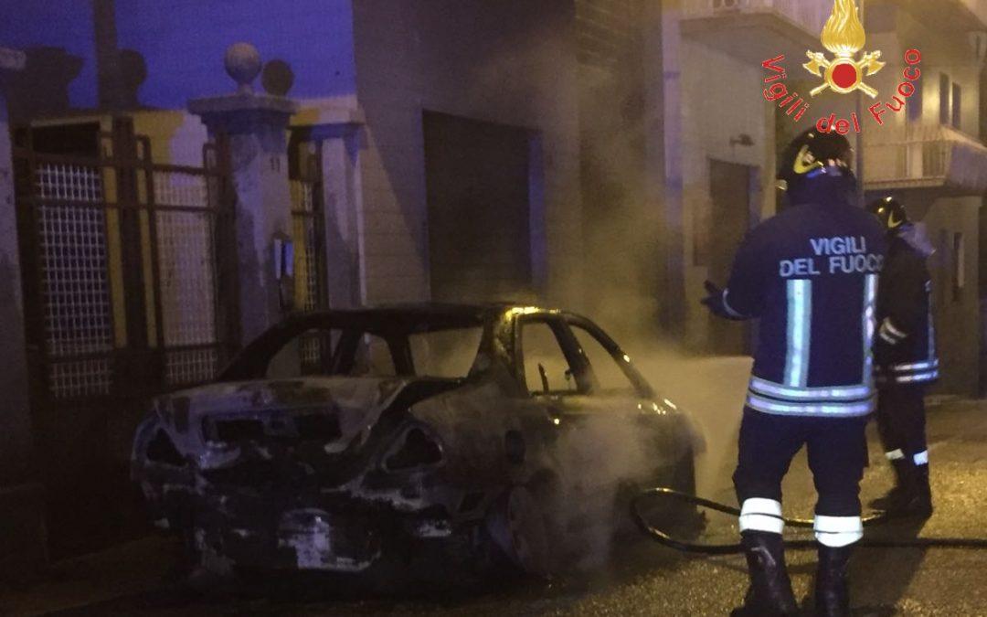 Auto in fiamme a Lamezia, paura tra i residenti  Danni anche ad una palazzina, verifica su cause