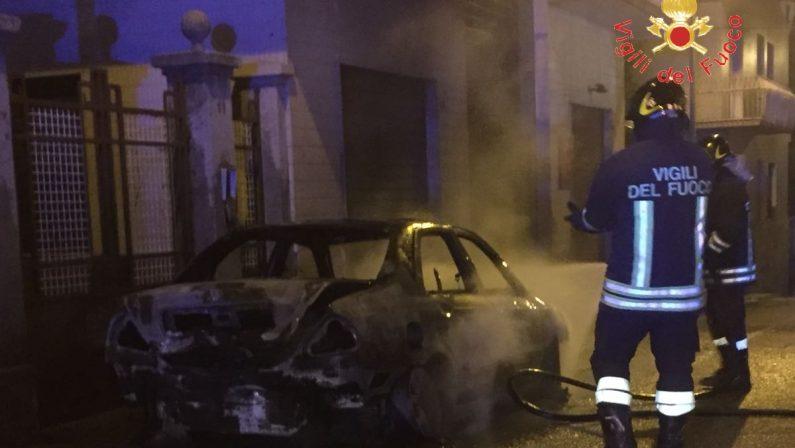 Auto in fiamme a Lamezia, paura tra i residentiDanni anche ad una palazzina, verifica su cause