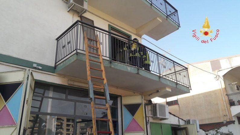 Corto circuito ed incendio in un'abitazione di LameziaMadre e due figlie in salvo dopo attimi di paura