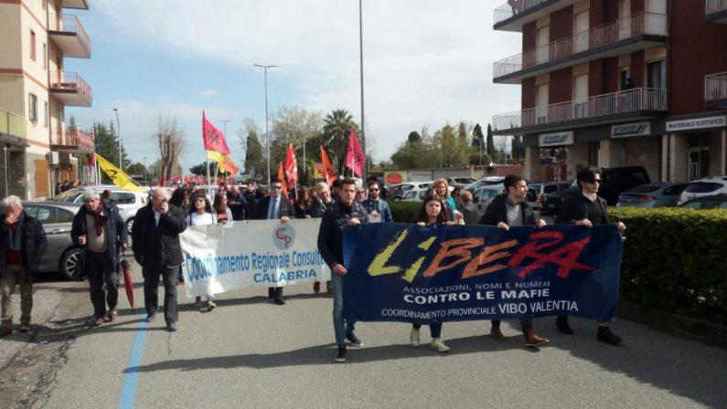 Libera a Vibo per ricordare le vittime di mafia  In 10mila al corteo: «Lottare contro la 'ndrangheta»
