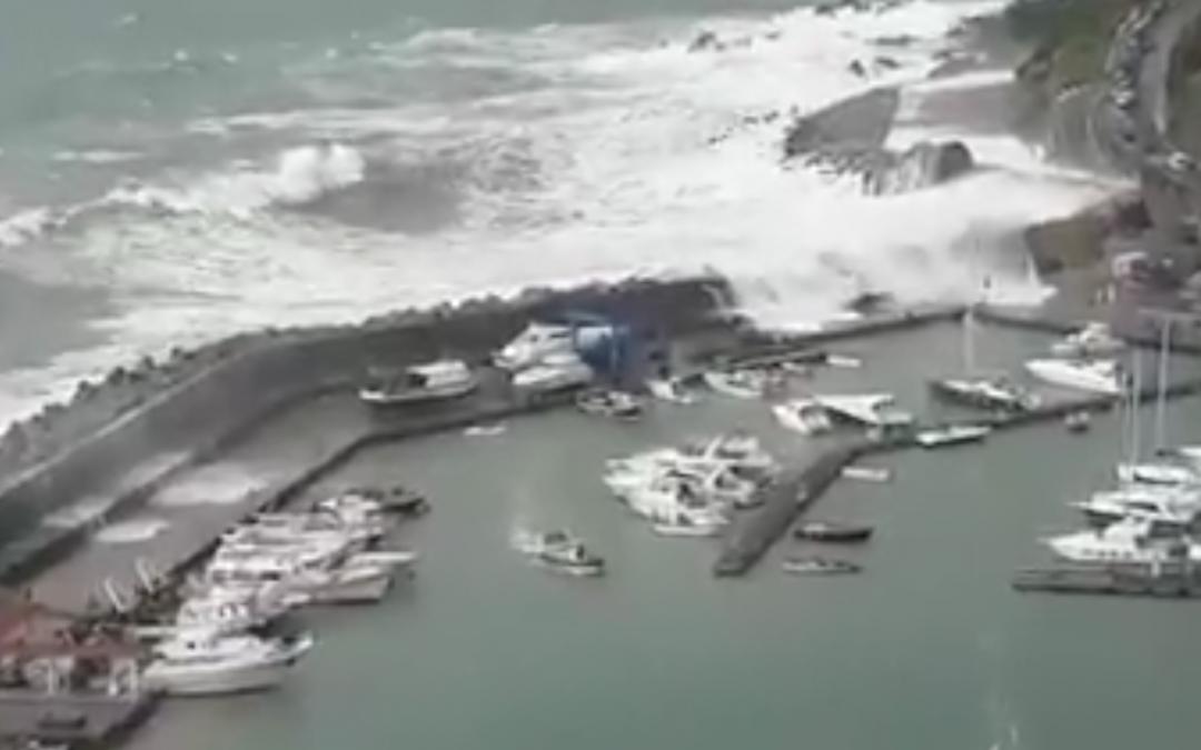 La mareggiata al porto di Maratea (frame da un video postato su fb)
