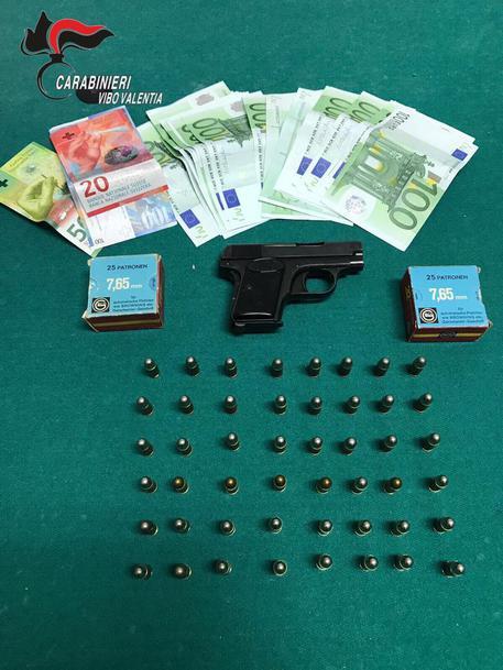 Pistola e munizioni in casa, arrestato nel ViboneseEra tornato dalla Svizzera per le vacanze di Pasqua