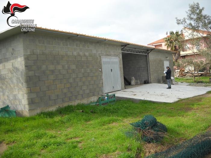 Fabbricato rurale abusivo scoperto nel CrotoneseDenunciato il proprietario del deposito per attrezzi