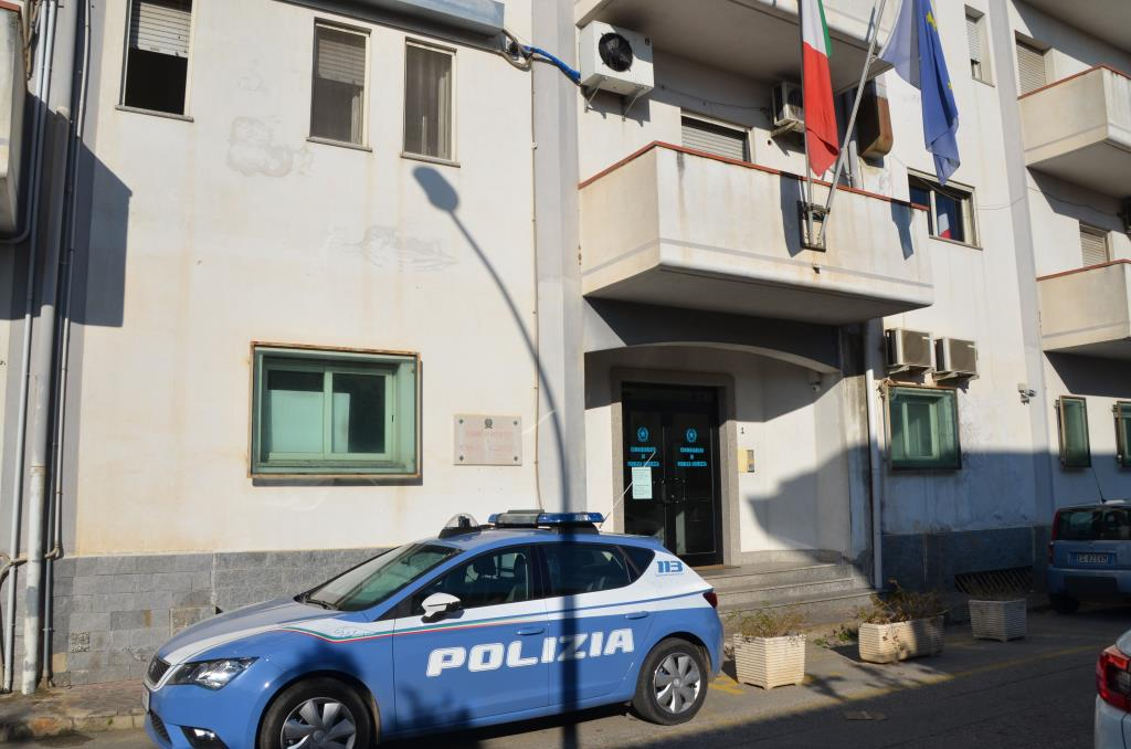 Agredisce convivente e poi la polizia intervenuta a casa  Arrestato nel Reggino dopo la denuncia della donna