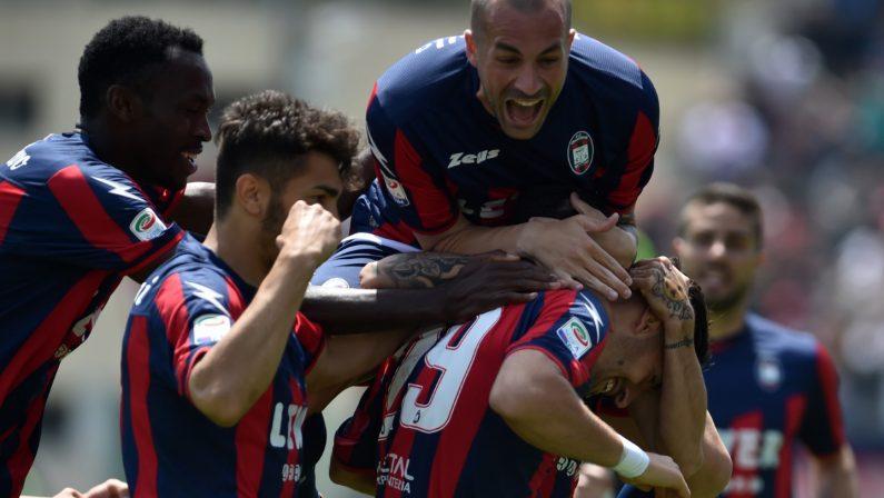 Serie A, trionfo Crotone in casa contro il SassuoloLa salvezza è più vicina ma Zenga frena: «Niente è finito»