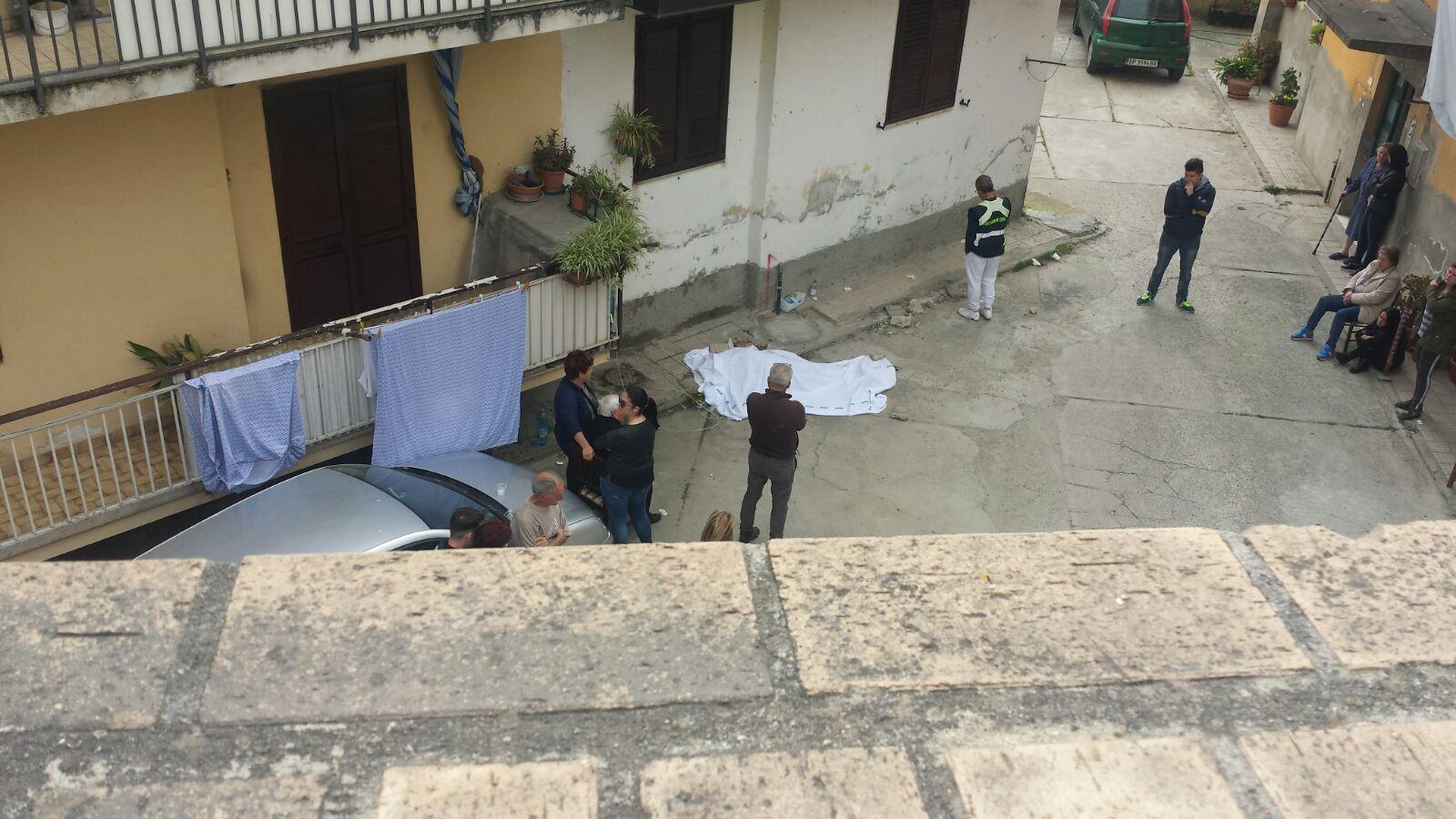 Cade dalla finestra mentre fa le pulizie di casaMuore una donna a Soriano nel Vibonese