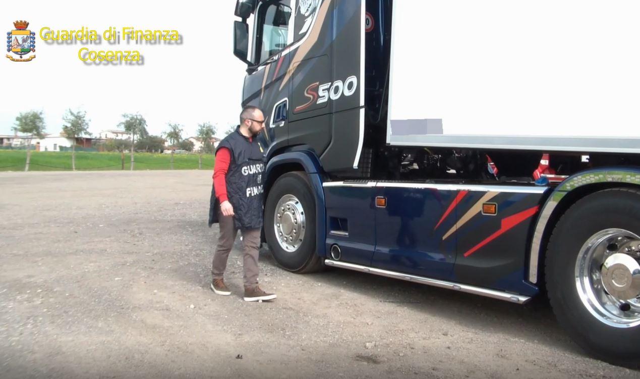 FOTO - Truffavano l'Iva con false fatturazioni nel CosentinoLe immagini degli automezzi sequestrati dalla Finanza